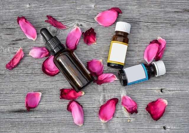 Krem na trądzik ma naturalne składniki, np. olejki kwiatowe.